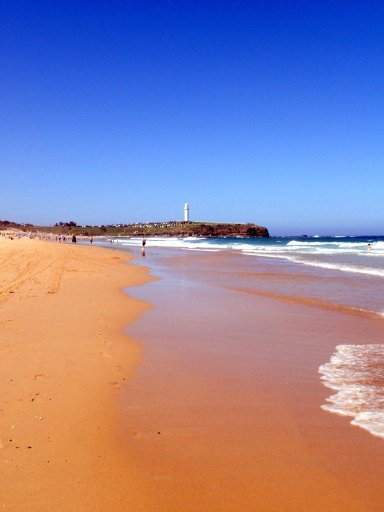 Faro Wollongong visto desde la playa, NSW, Viajar a Australia