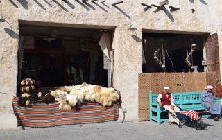 señores descansando en el mercado de Doha, Qatar, Oriente Medio