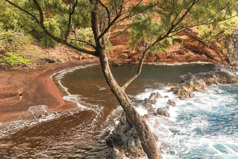 Playa de arena roja Hana Maui Hawaii